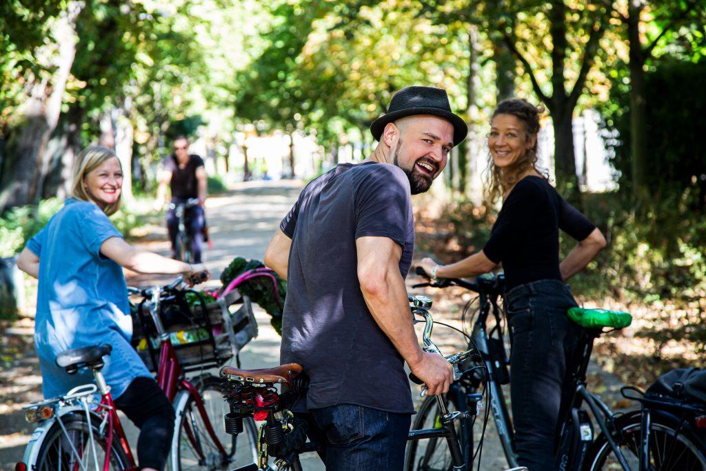 Menschen auf Fahrrädern
