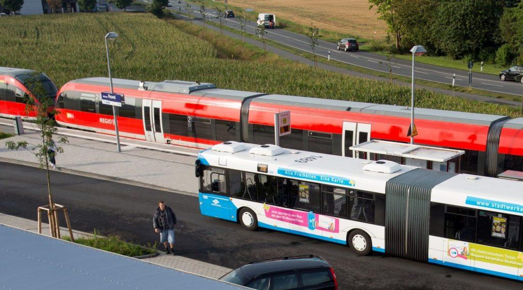 Bus und Bahn fahren parallel