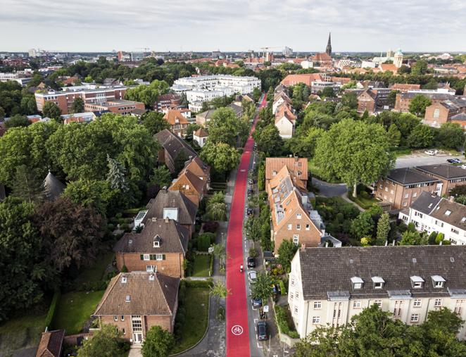 Roter Fahrradweg für durch eine Wohngegend