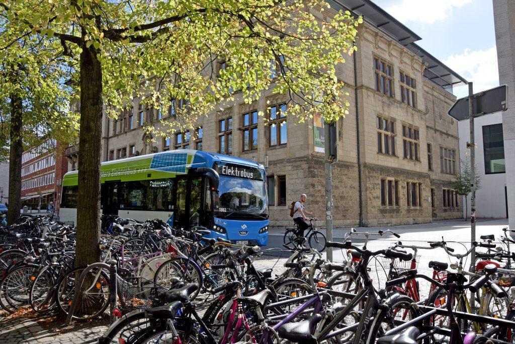 Bus fährt an einem Fahrradparkplatz vorbei
