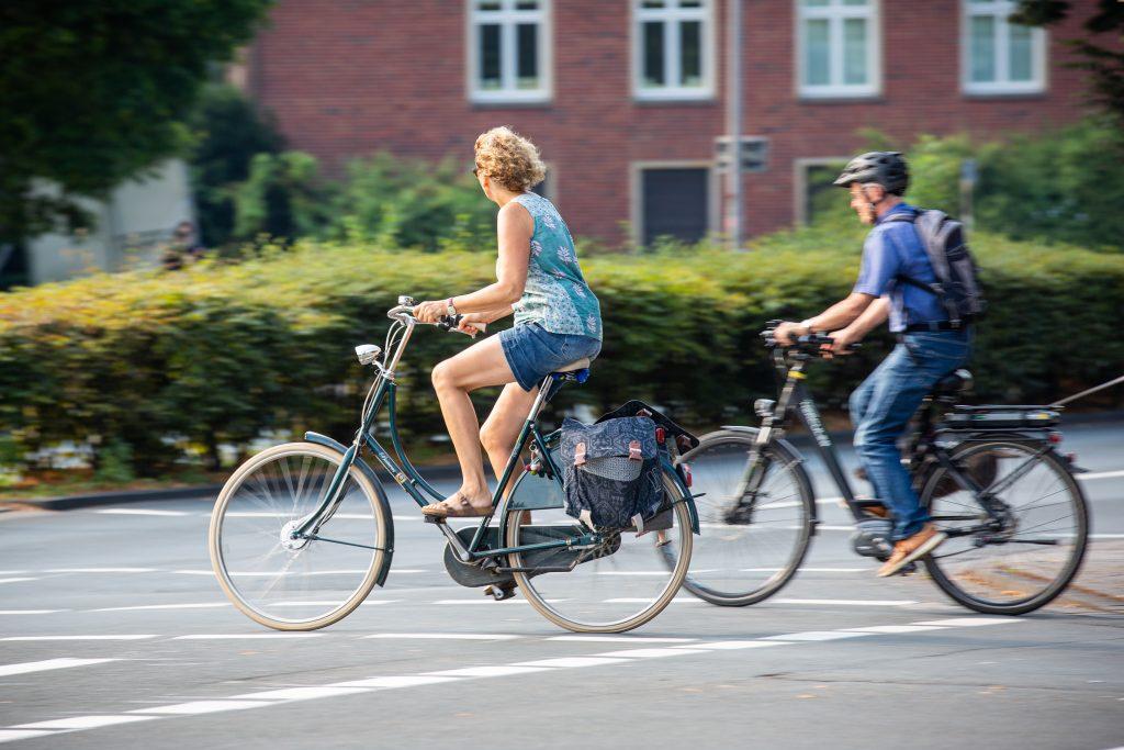 Zwei Fahrradfahrer kreuzen die Straße