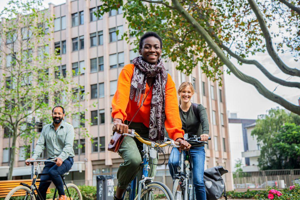 internationale Gruppe von jungen Fahrradfahrern.